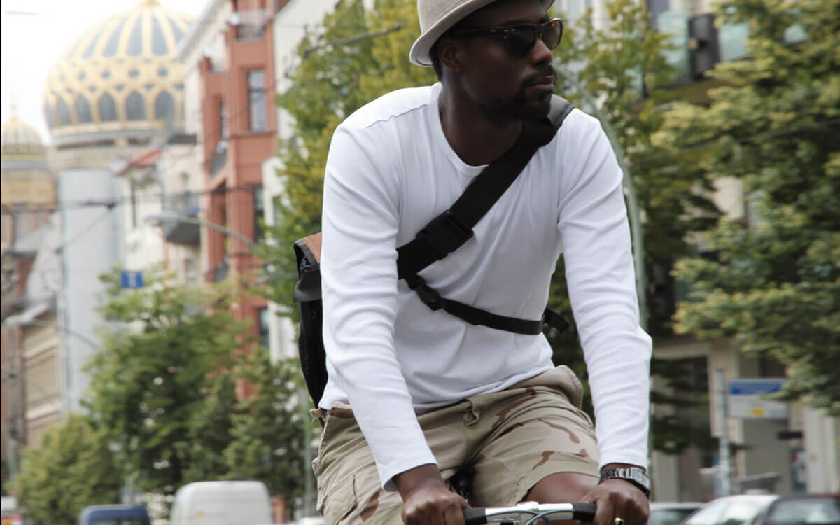 Carrying a leather bag like a back bag on your bycicle
