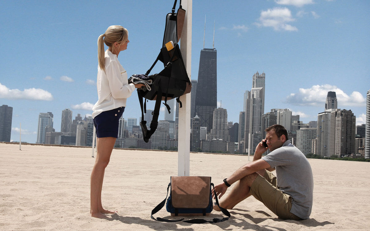 Beach bag with toiletry bag function at the Chicago beach