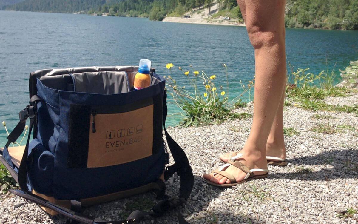 Ein Campingstuhl und eine Reisetasche