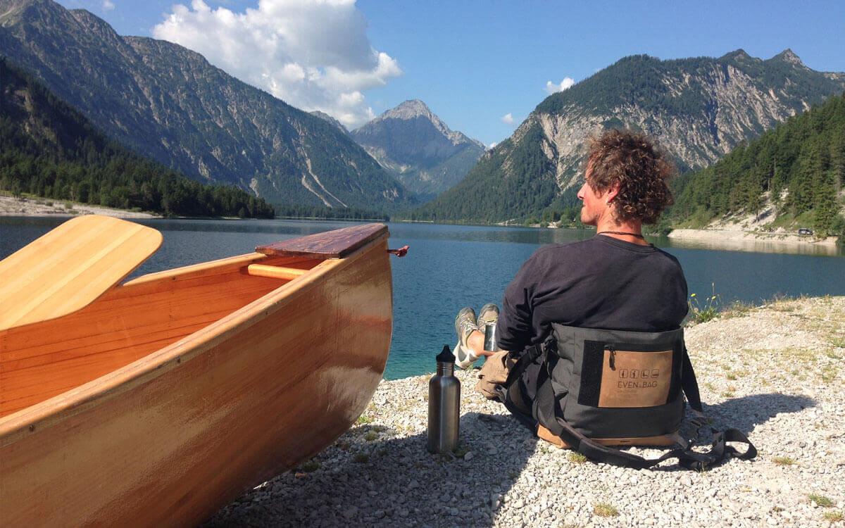 Mit der Campingtasche von EVENaBAG am See sitzen
