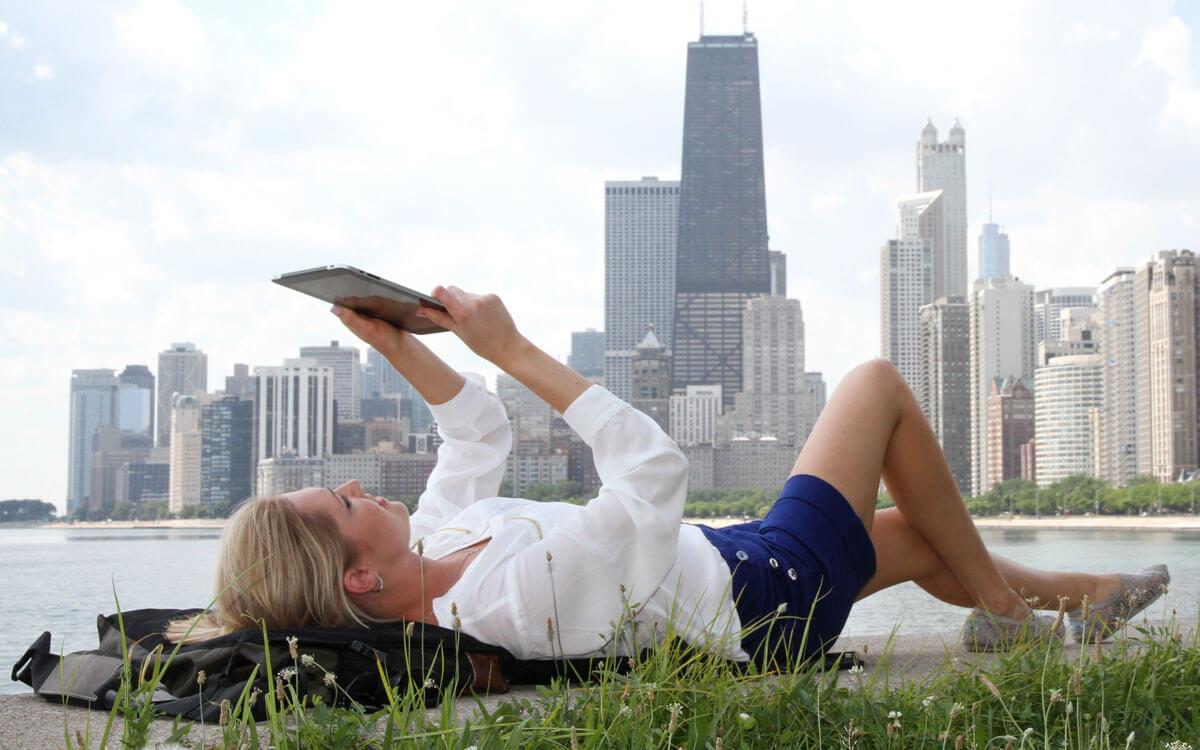 Die Umhängetasche und Picknickmatte EVENaBAG, vor der Skyline Chicago
