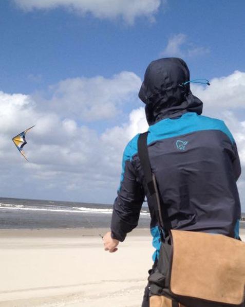 Drachen steigen in Kalifornien am Meer mit der Strandtasche EVENaBAG